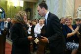 Farkas Lászlóné átveszi a kitüntető címet Pálffy Károly polgármestertől